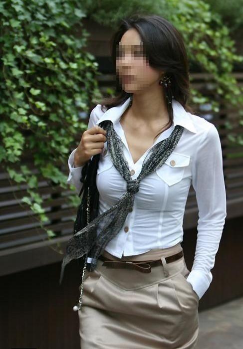 【働く女性のエロ画像】清潔な白ブラウスにそこはかとない卑猥さを感じるギャラリー 01