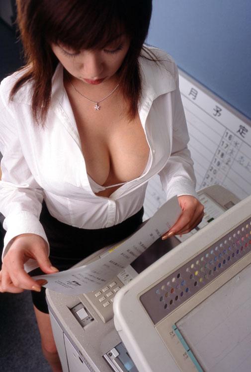 【働く女性のエロ画像】清潔な白ブラウスにそこはかとない卑猥さを感じるギャラリー 03