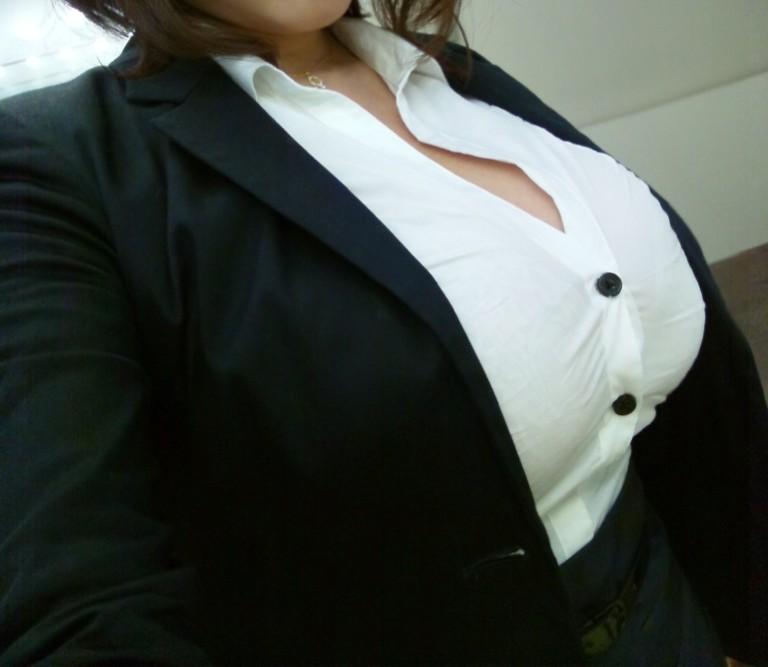 【働く女性のエロ画像】清潔な白ブラウスにそこはかとない卑猥さを感じるギャラリー 05