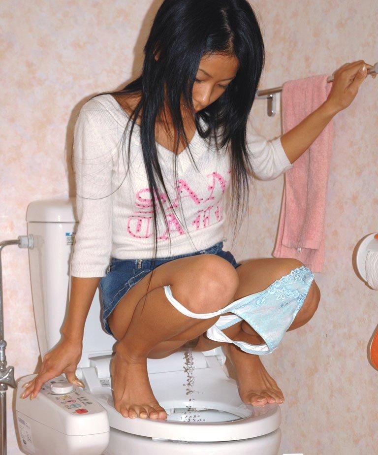 【放尿画像】堂々と股間を開いておしっこしている変態女の図www 18