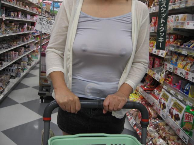 【ノーブラ画像】乳首の形もわかってしまうような素人の無防備な胸元www 09