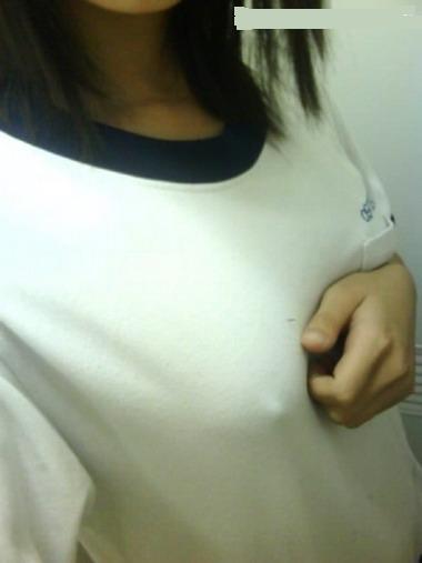 【ノーブラ画像】乳首の形もわかってしまうような素人の無防備な胸元www 13