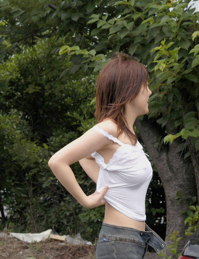 【ノーブラ画像】乳首の形もわかってしまうような素人の無防備な胸元www 14