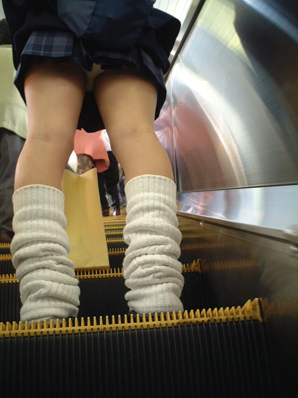 【JKパンチラ画像】短いスカートで無自覚に挑発してくるJKのパンチラ画像 02