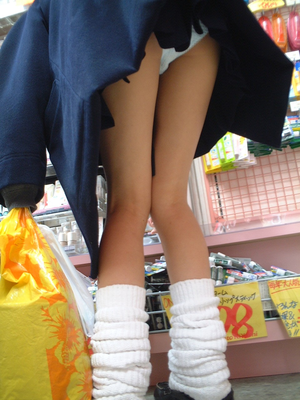 【JKパンチラ画像】短いスカートで無自覚に挑発してくるJKのパンチラ画像 06