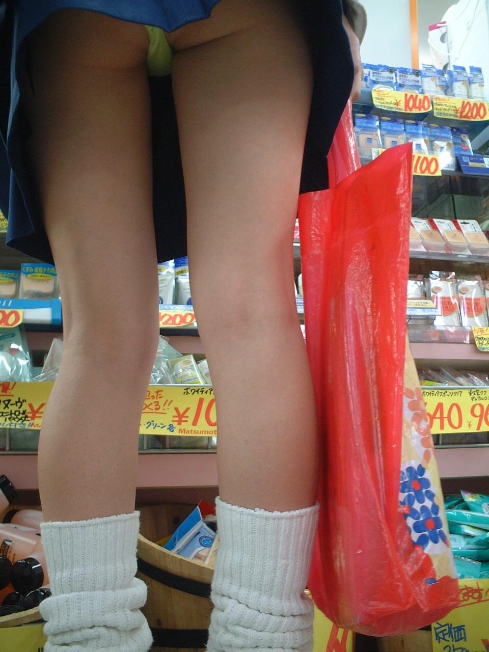 【JKパンチラ画像】短いスカートで無自覚に挑発してくるJKのパンチラ画像 08