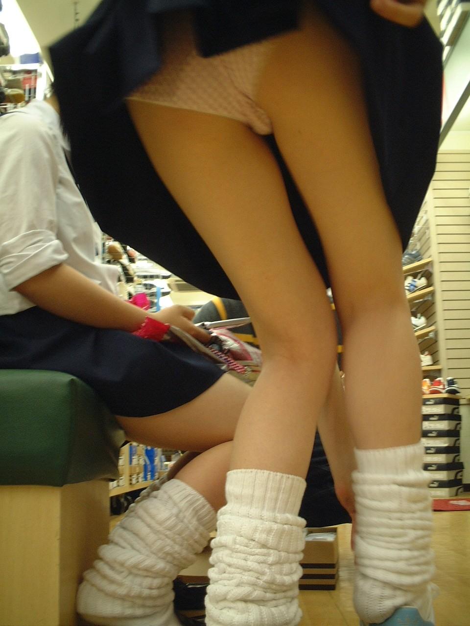 【JKパンチラ画像】短いスカートで無自覚に挑発してくるJKのパンチラ画像 09
