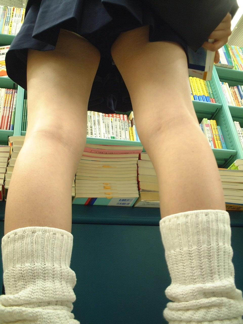 【JKパンチラ画像】短いスカートで無自覚に挑発してくるJKのパンチラ画像 12