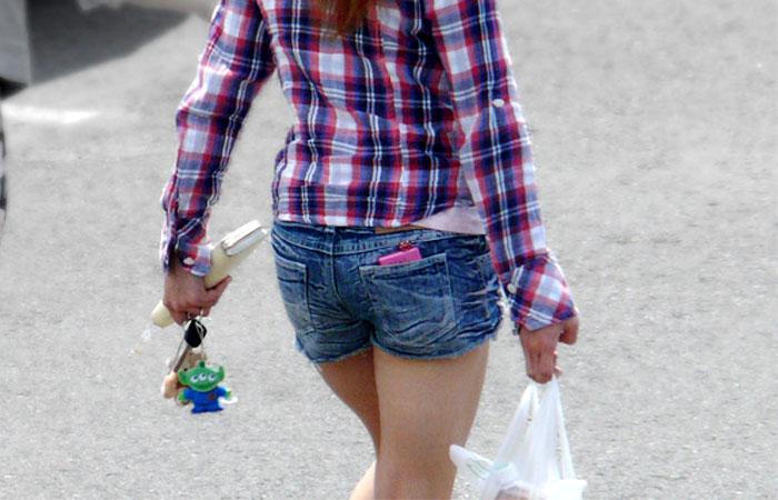 【短パン街撮り画像】美脚とヒップラインが際立つ短パン女性を背後から眺める