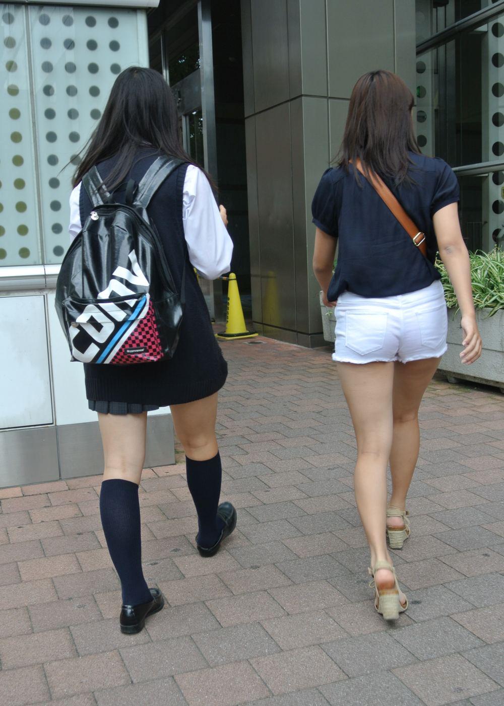 【短パン街撮り画像】美脚とヒップラインが際立つ短パン女性を背後から眺める 07