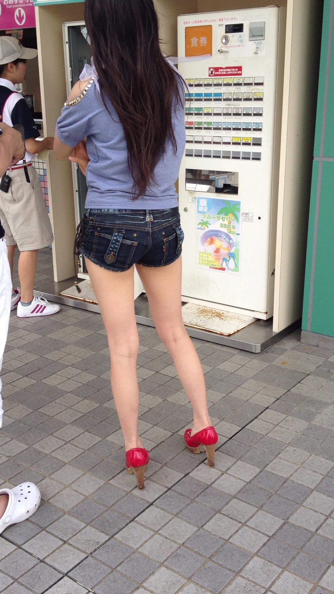 【短パン街撮り画像】美脚とヒップラインが際立つ短パン女性を背後から眺める 08