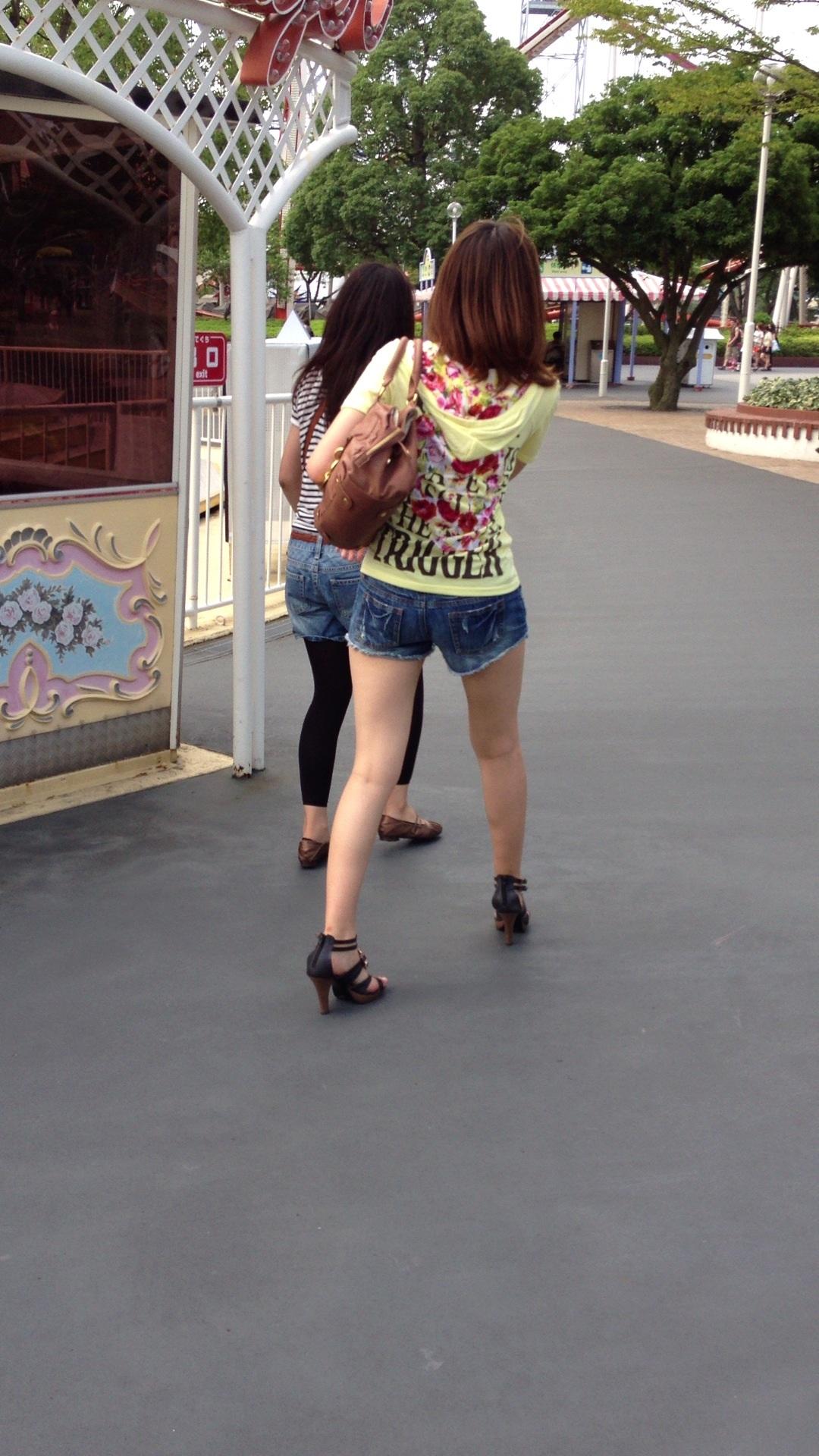 【短パン街撮り画像】美脚とヒップラインが際立つ短パン女性を背後から眺める 09