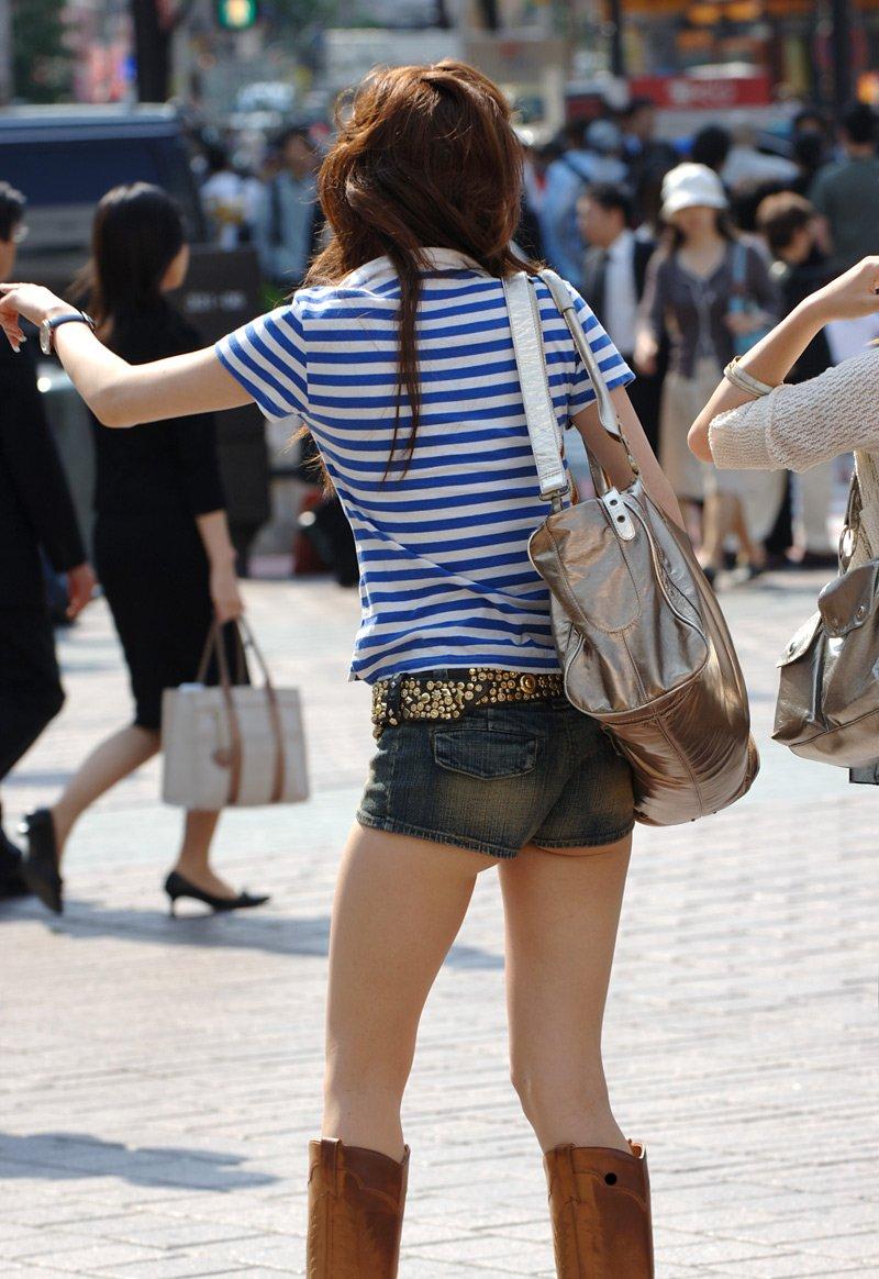 【短パン街撮り画像】美脚とヒップラインが際立つ短パン女性を背後から眺める 15