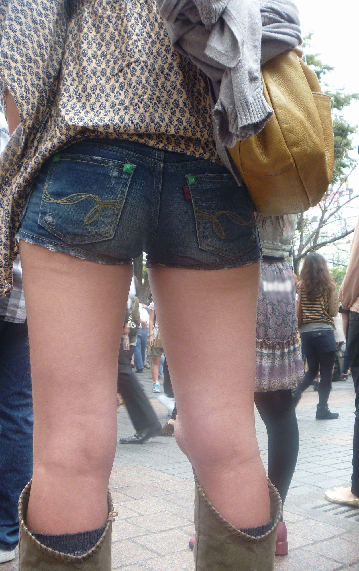 【短パン街撮り画像】美脚とヒップラインが際立つ短パン女性を背後から眺める 19
