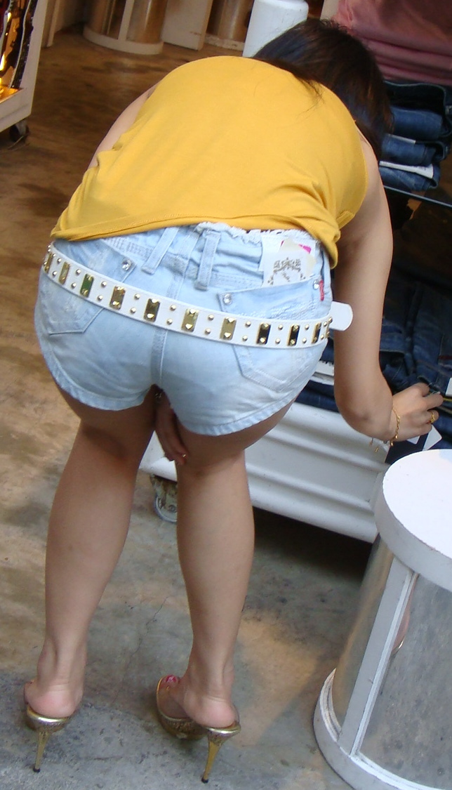 【短パン街撮り画像】美脚とヒップラインが際立つ短パン女性を背後から眺める 20