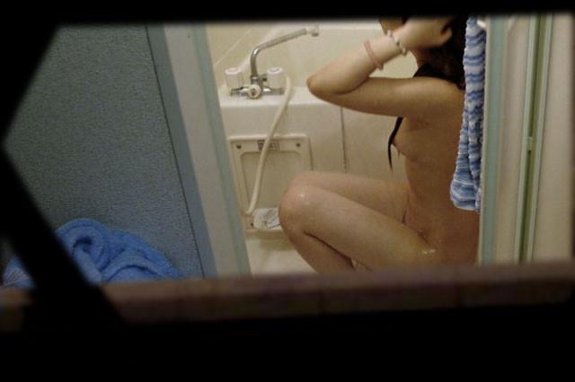 【家庭内風呂隠し撮り】犯人は旦那?覗かれた奥様の入浴 03