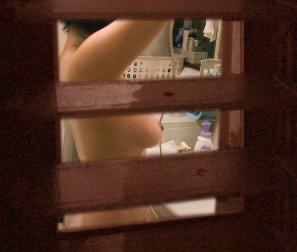 【家庭内風呂隠し撮り】犯人は旦那?覗かれた奥様の入浴 07