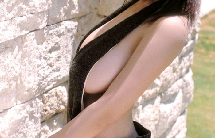 【着衣乳画像】グラビアアイドルの横からハミ出した乳房