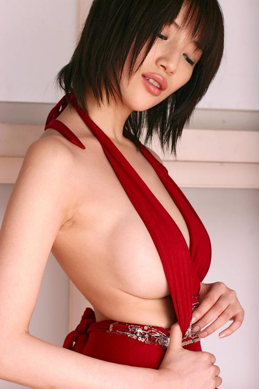 【着衣乳画像】グラビアアイドルの横からハミ出した乳房 03