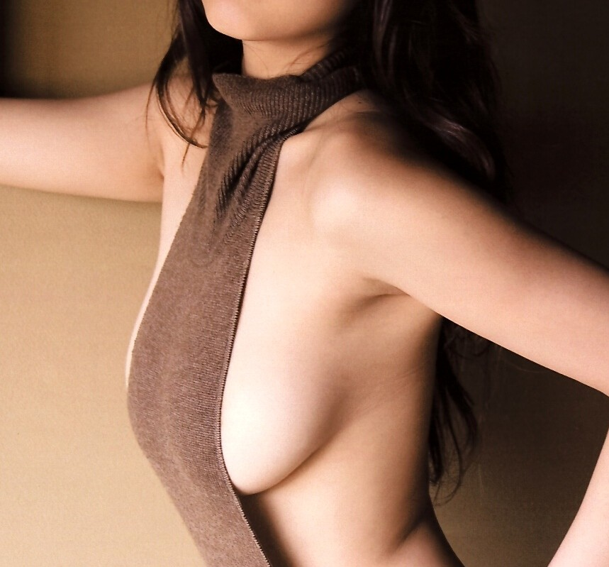 【着衣乳画像】グラビアアイドルの横からハミ出した乳房 13