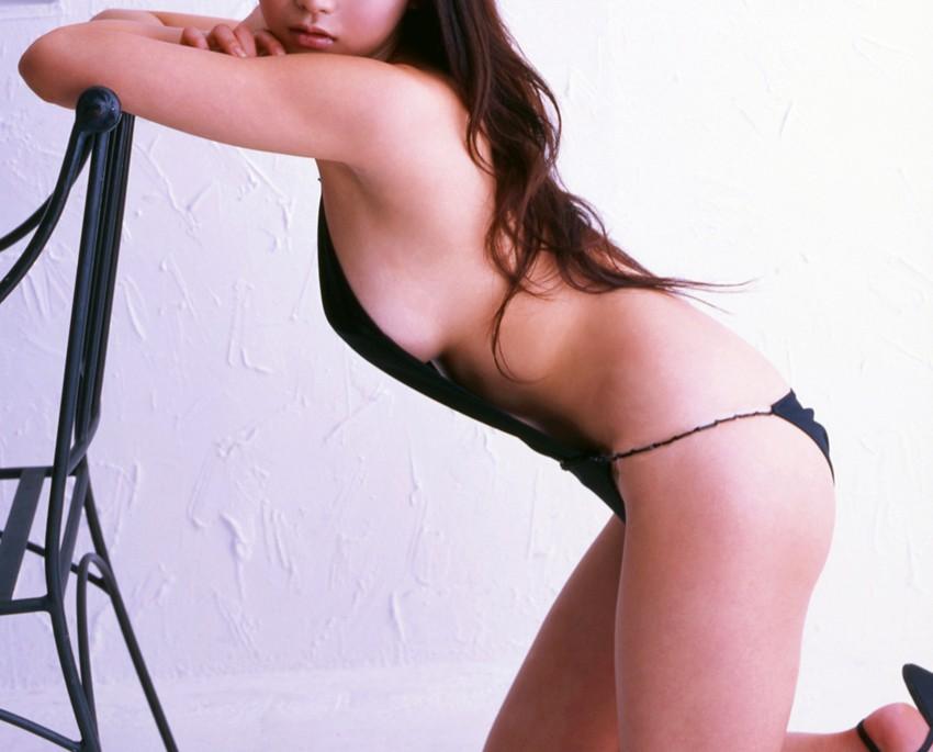 【着衣乳画像】グラビアアイドルの横からハミ出した乳房 14