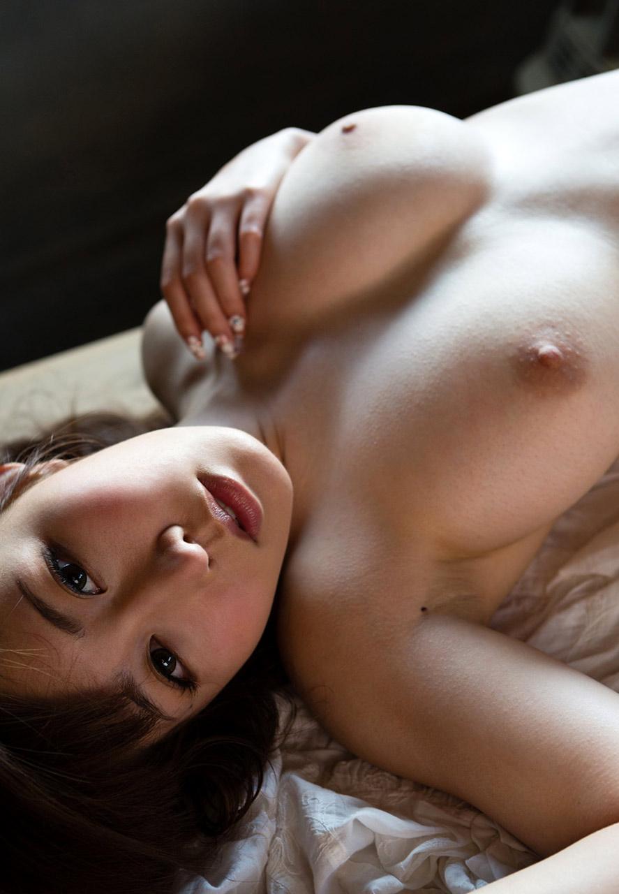 【美乳画像】鮮やかなピンクの乳首に萌えるwww 08