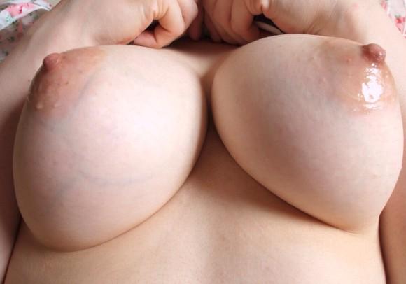 【美乳画像】鮮やかなピンクの乳首に萌えるwww 09