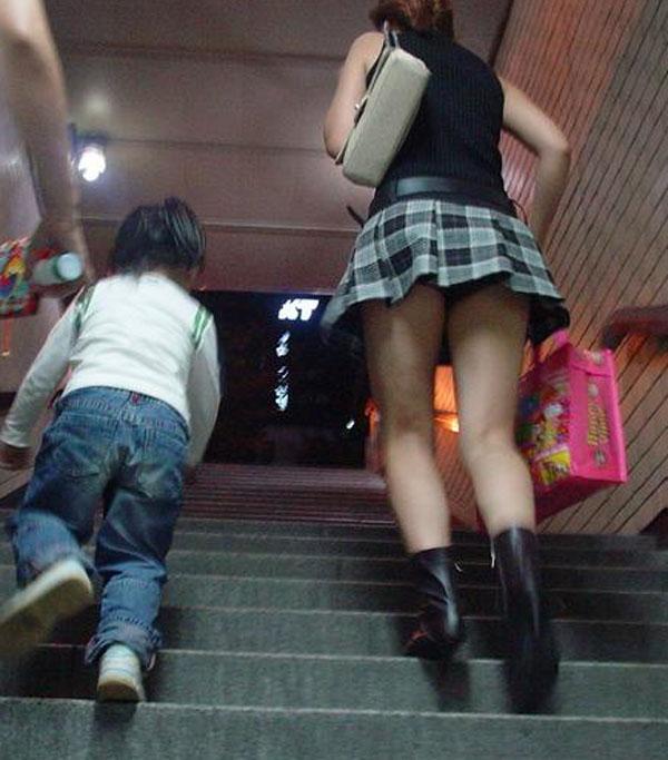 【パンチラ画像】階段ローアングルパンチラ 段差があったらとりあえず見上げとけwww 11