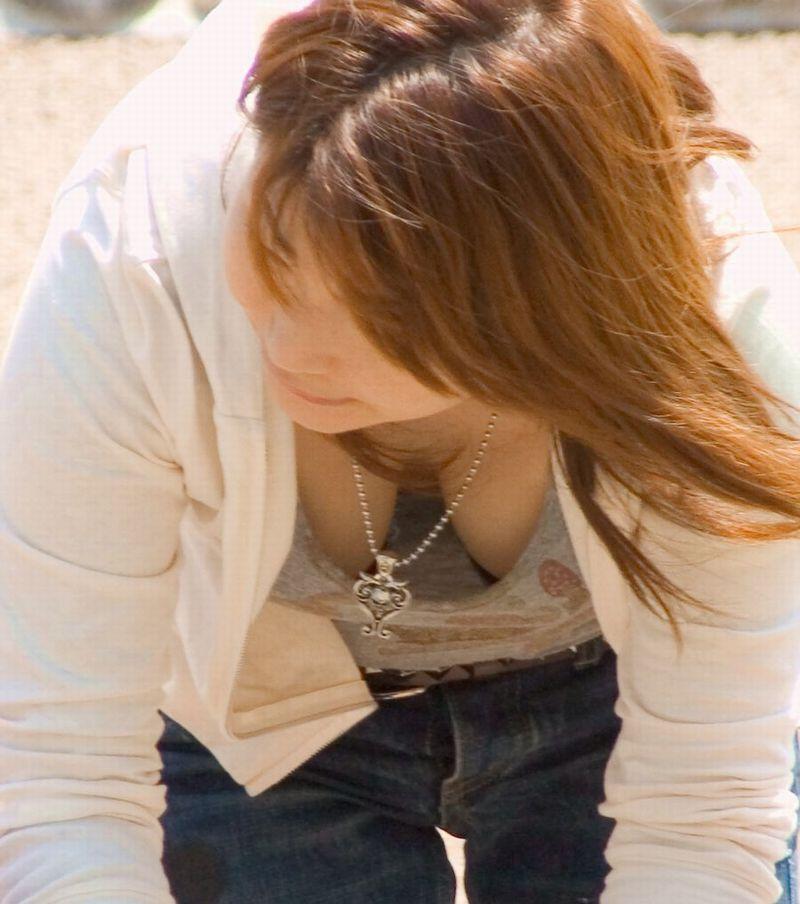 【胸チラ隠し撮り画像】絶好の谷間をお持ちでwwwシャツから覗くイヤらしい胸元観察 05