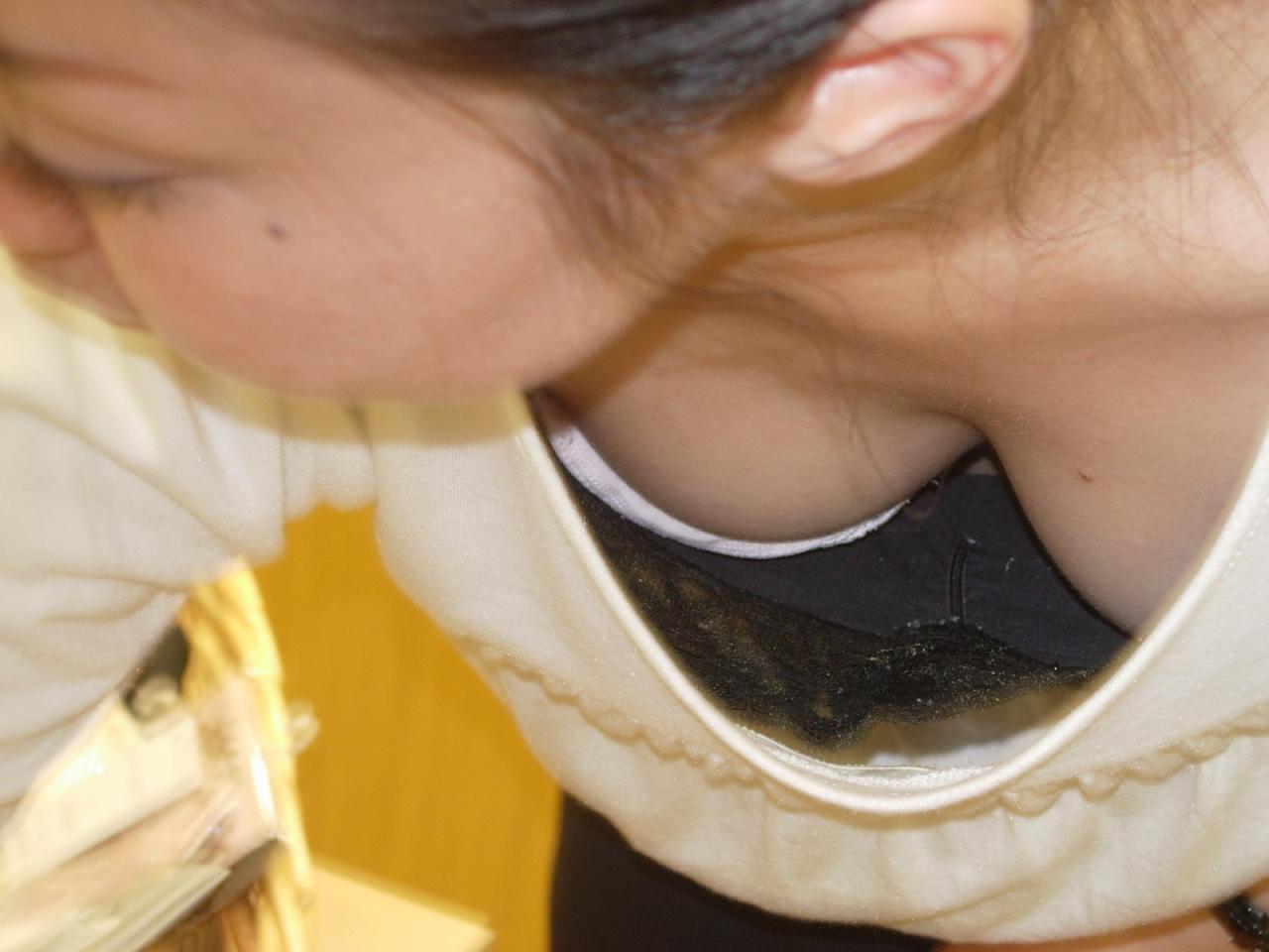 【胸チラ隠し撮り画像】絶好の谷間をお持ちでwwwシャツから覗くイヤらしい胸元観察 13