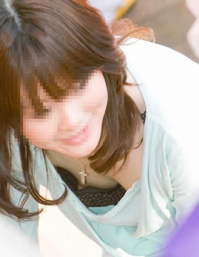 【胸チラ隠し撮り】拝めたその日は強運www胸元覗いて乳輪・乳首をゲット画像 09