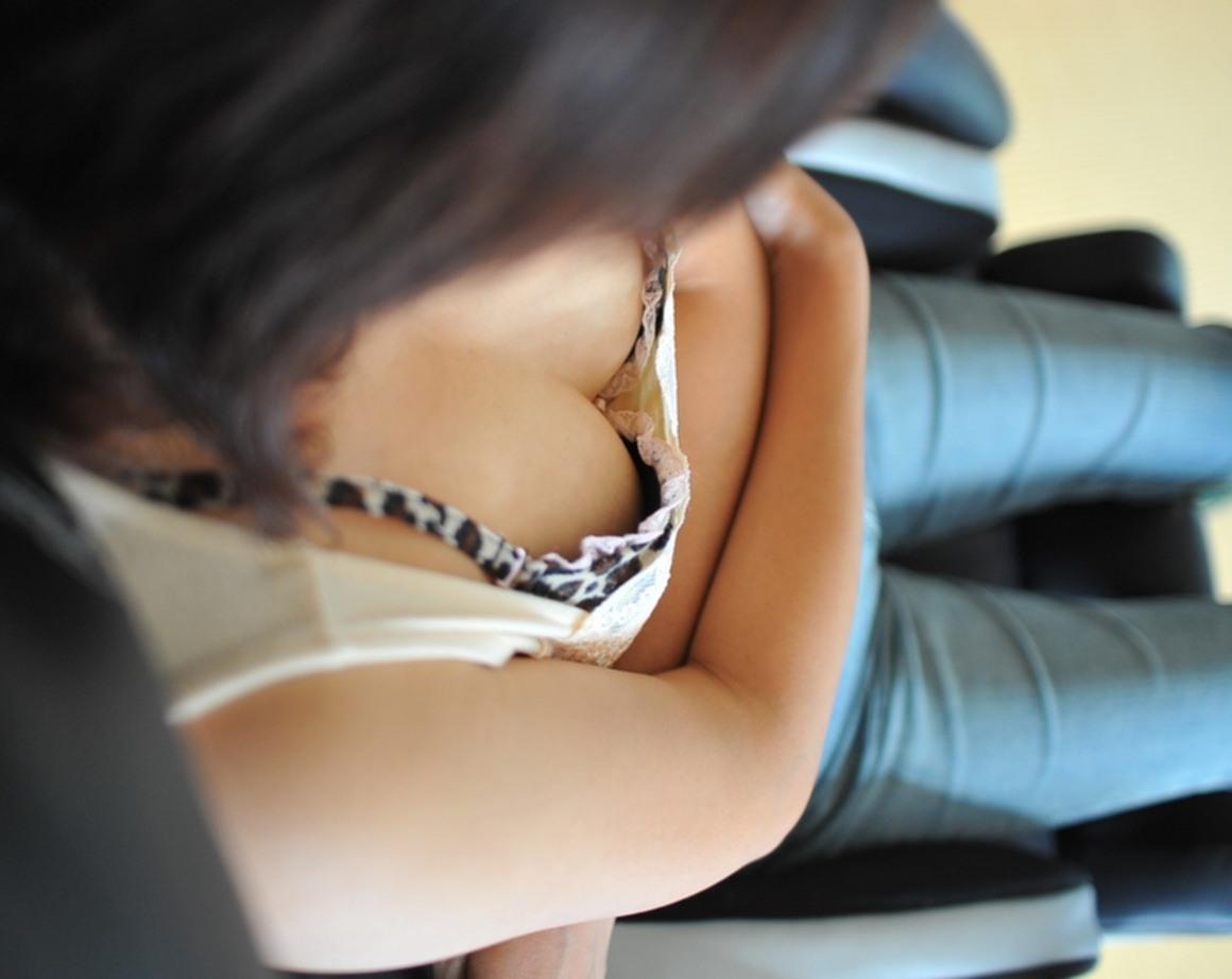 【胸チラ隠し撮り】拝めたその日は強運www胸元覗いて乳輪・乳首をゲット画像 15