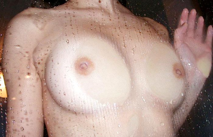 【巨乳画像】つぶれた感じがテラエロスwwwガラスに押しつけられた巨乳