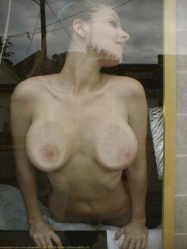 【巨乳画像】つぶれた感じがテラエロスwwwガラスに押しつけられた巨乳 19