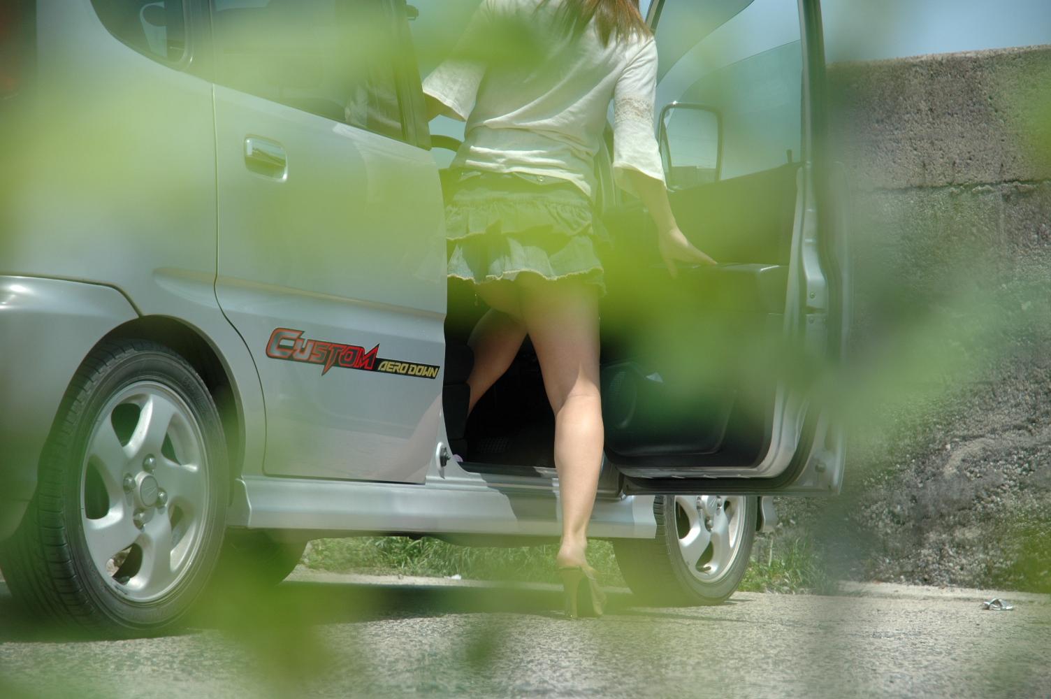 【パンチラ画像】車の乗降時にミニスカ美女が全開でパンチラwww 01