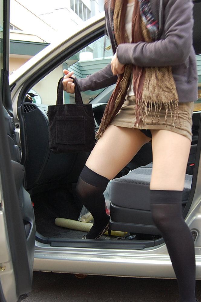 【パンチラ画像】車の乗降時にミニスカ美女が全開でパンチラwww 03