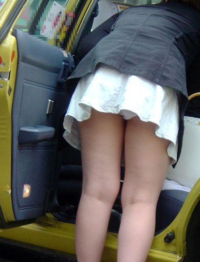 【パンチラ画像】車の乗降時にミニスカ美女が全開でパンチラwww 06