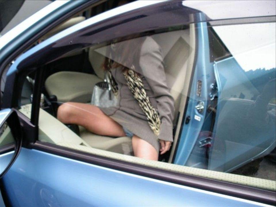 【パンチラ画像】車の乗降時にミニスカ美女が全開でパンチラwww 12