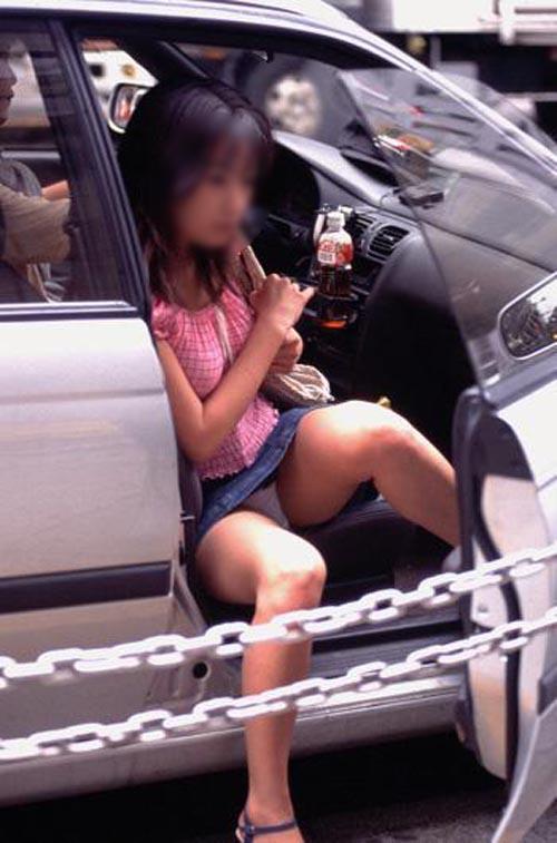 【パンチラ画像】車の乗降時にミニスカ美女が全開でパンチラwww 19