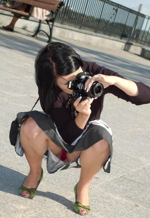 【パンチラ画像】真正面から狙った股間に萌えるwww座りパンチラ画像 02