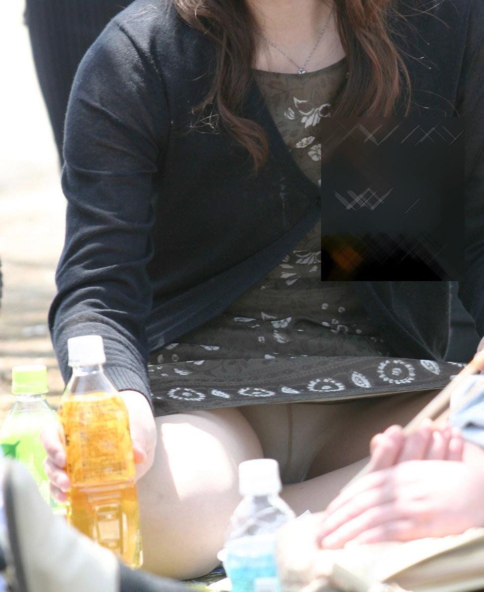 【パンチラ画像】真正面から狙った股間に萌えるwww座りパンチラ画像 04
