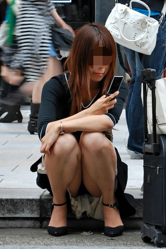 【パンチラ画像】真正面から狙った股間に萌えるwww座りパンチラ画像 05