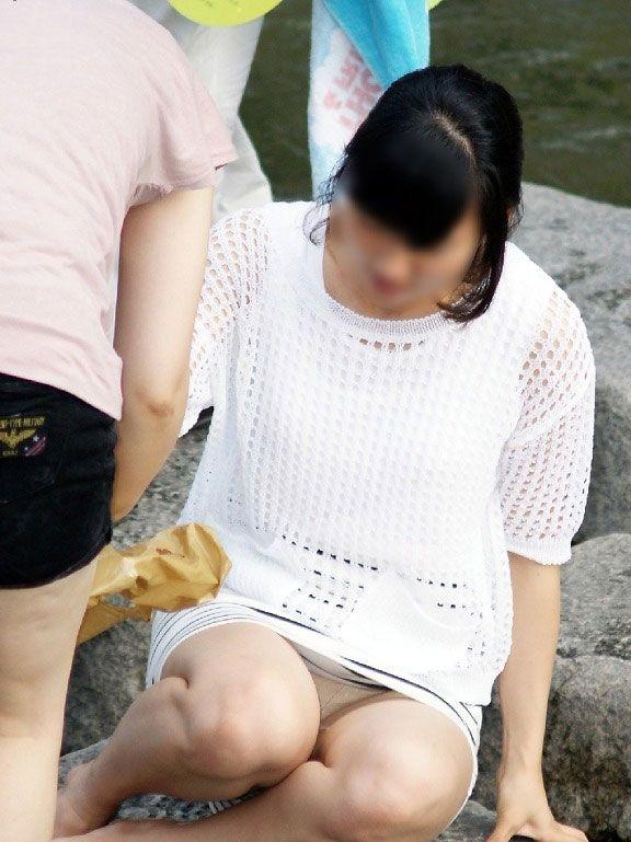 【パンチラ画像】真正面から狙った股間に萌えるwww座りパンチラ画像 13