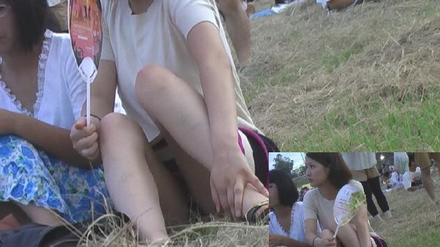 【パンチラ画像】真正面から狙った股間に萌えるwww座りパンチラ画像 14