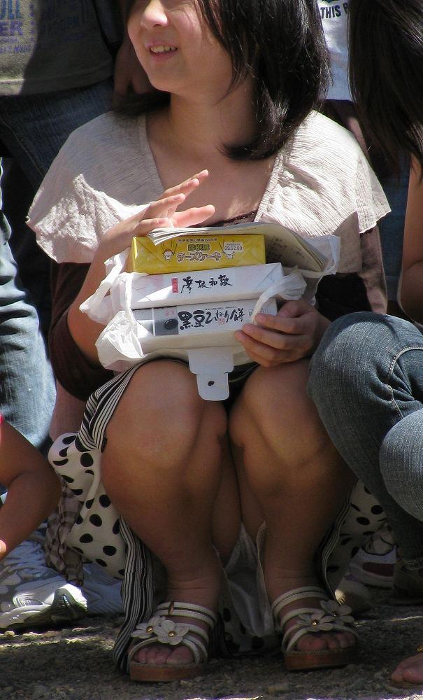 【パンチラ画像】真正面から狙った股間に萌えるwww座りパンチラ画像 16
