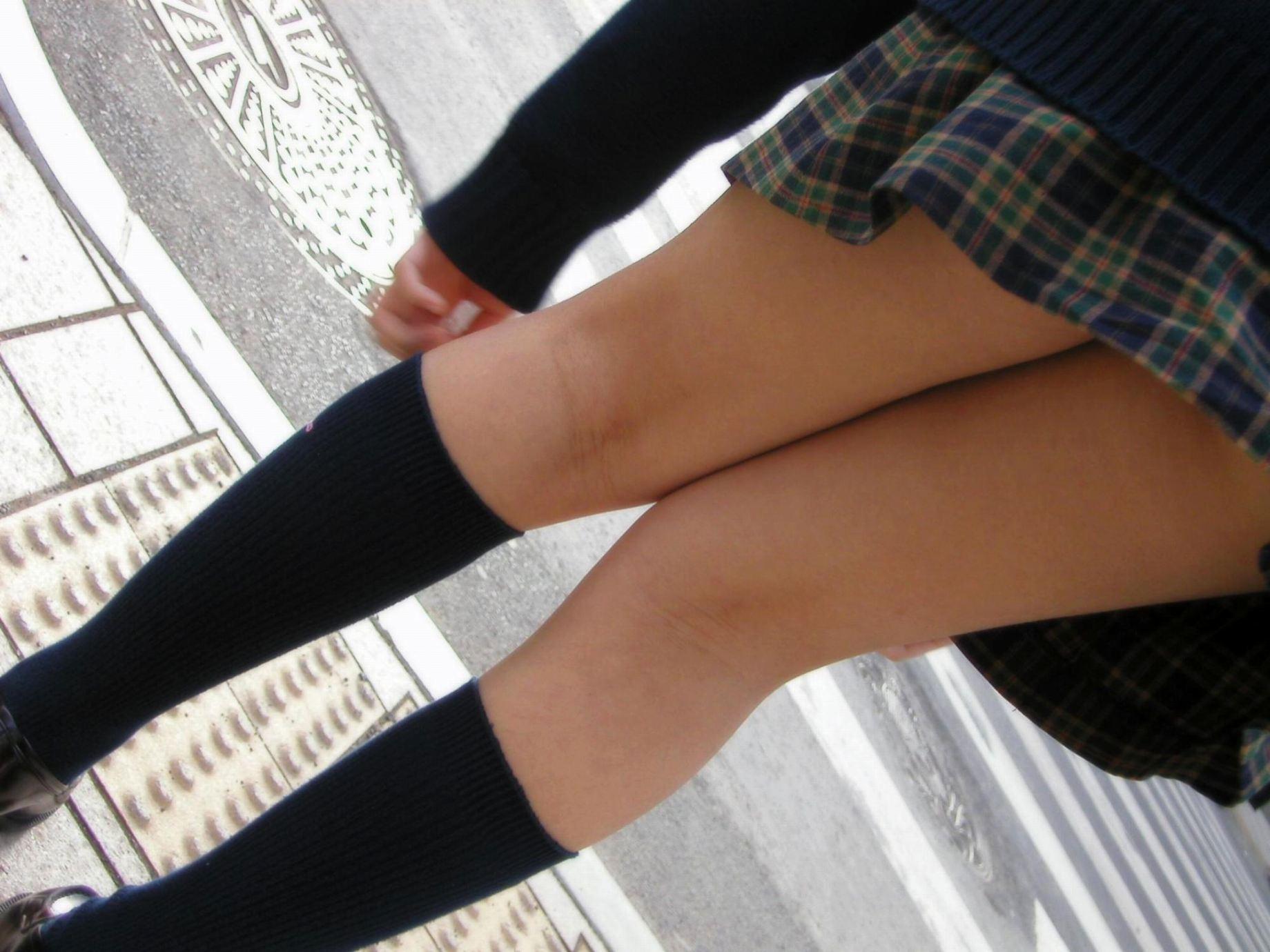 【JK街撮り】JK達の健康的にムチムチした太股に萌える画像 09