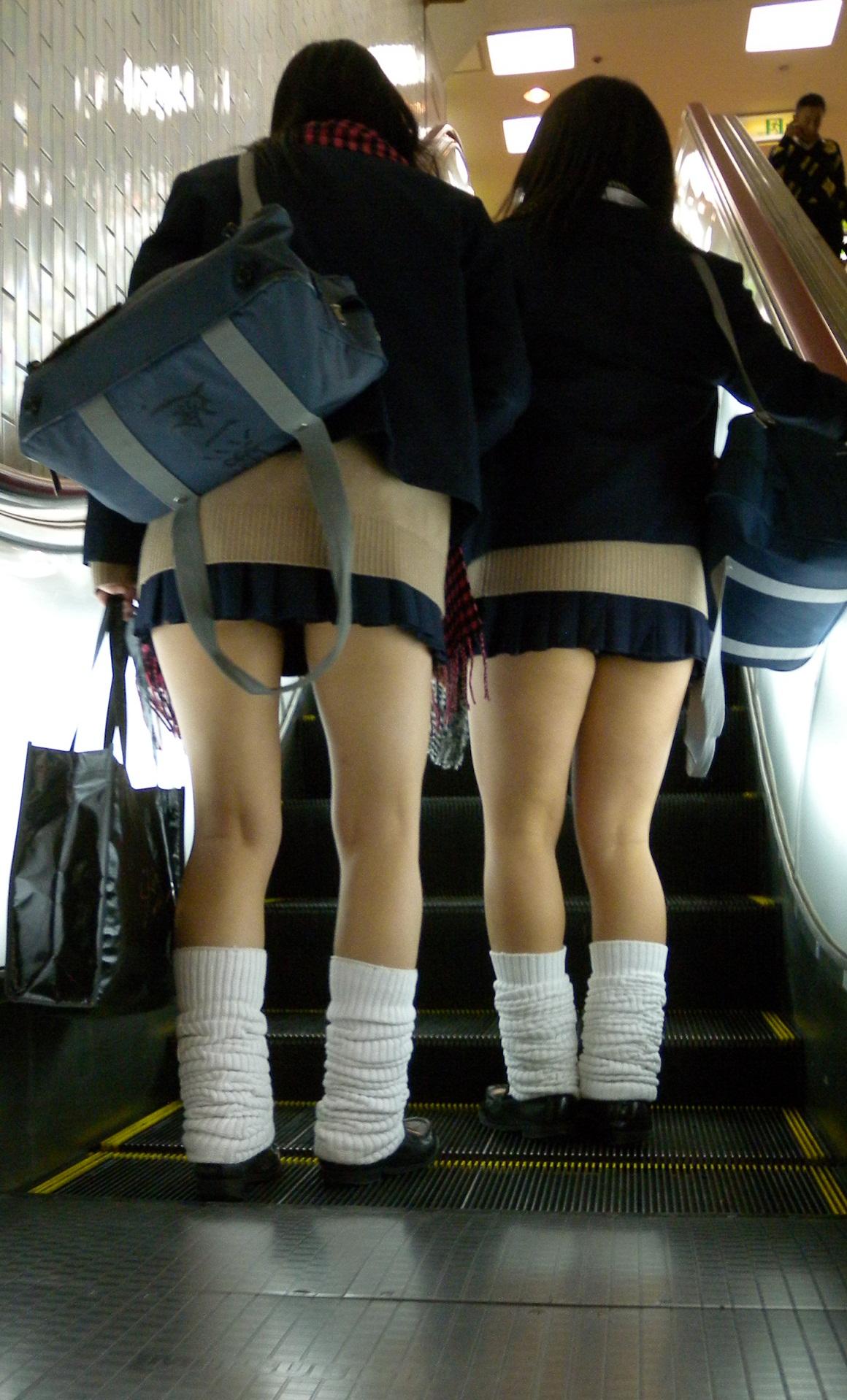 【ミニスカJK画像】校則違反…許せる!!下着に尻肉見えて上等な激ミニのJK画像 01