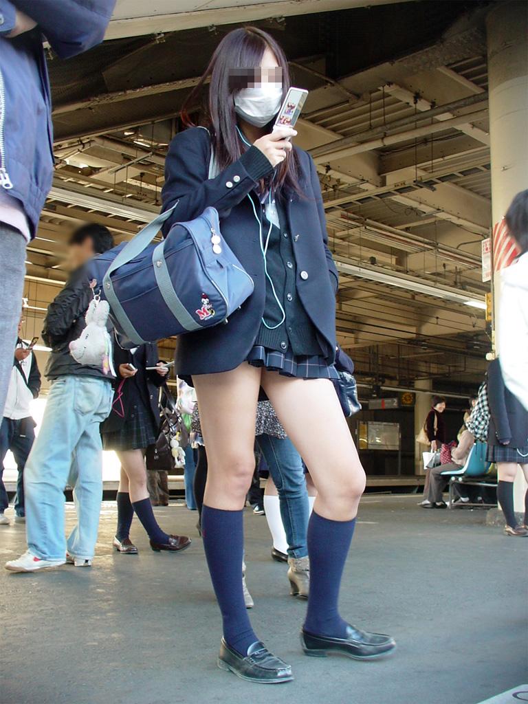【ミニスカJK画像】校則違反…許せる!!下着に尻肉見えて上等な激ミニのJK画像 13