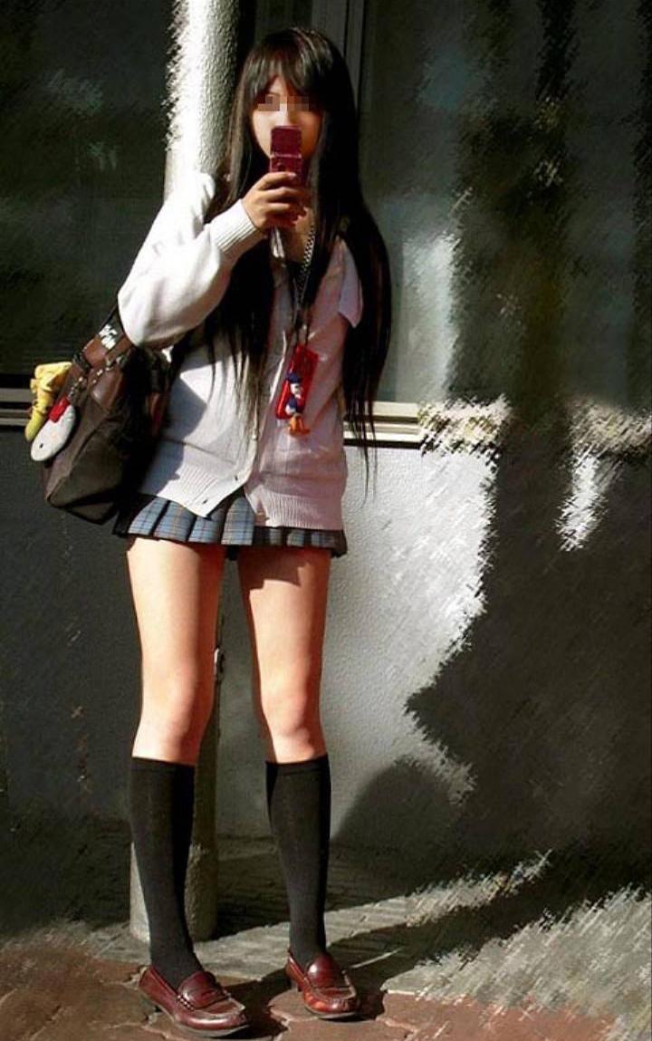 【ミニスカJK画像】校則違反…許せる!!下着に尻肉見えて上等な激ミニのJK画像 15