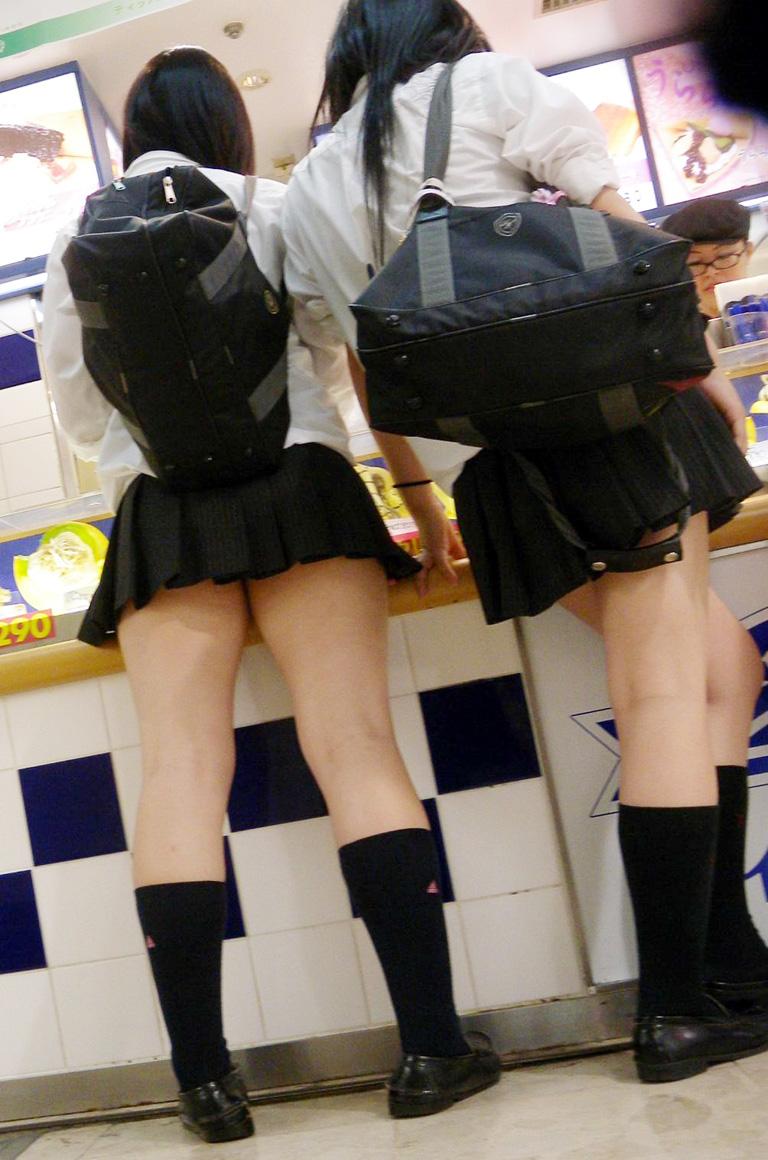 【ミニスカJK画像】校則違反…許せる!!下着に尻肉見えて上等な激ミニのJK画像 16